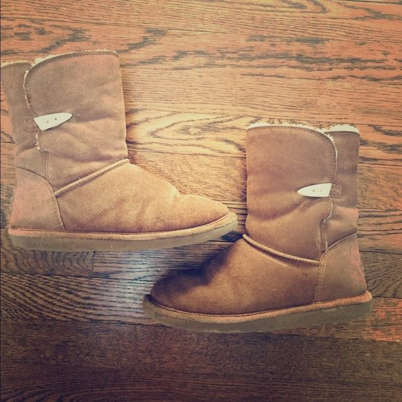 "BEARPAW boots These authentic Bestpaw boots are size 9 women's. ""Victorian Hickory"" is the style and color. Great condition, as seen in the pictures. Bearpaw Shoes Winter & Rain Boots"