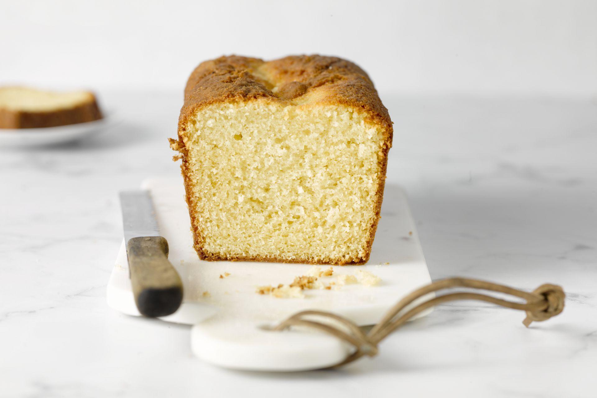 Deze 1-2-3-4 cake is de Amerikaanse versie van de quatre quart, gebaseerd op cups. De cupmaten zijn voor deze versie omgerekend. Eenvoudig en lekker!