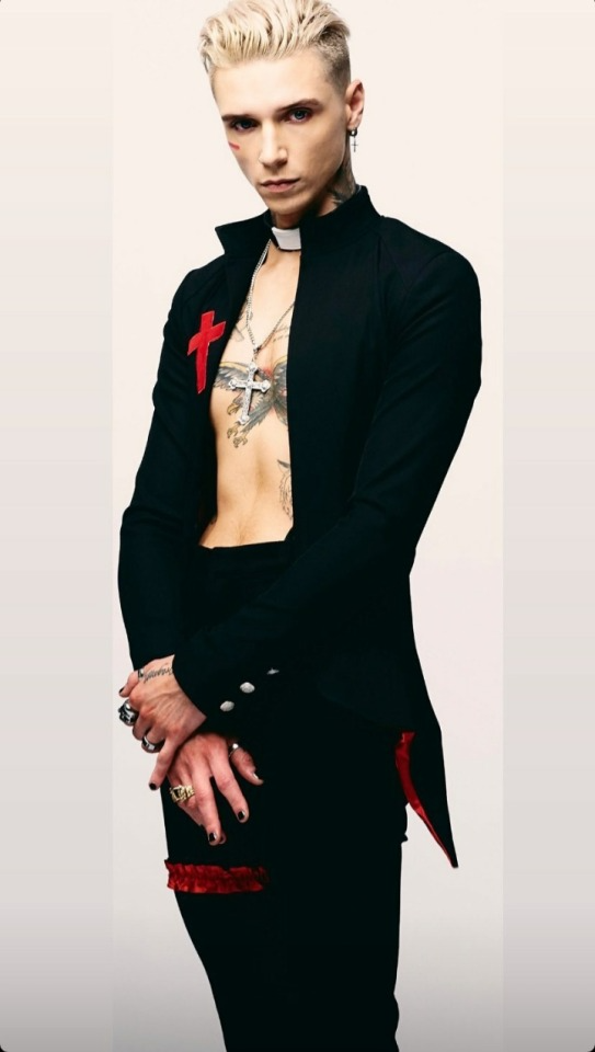 Tumblr Is A Place To Express Yourself Discover Yourself And Bond Over The Stuff You Love It S Where Your Interests Connec Andy Black Andy Biersack Andy Sixx