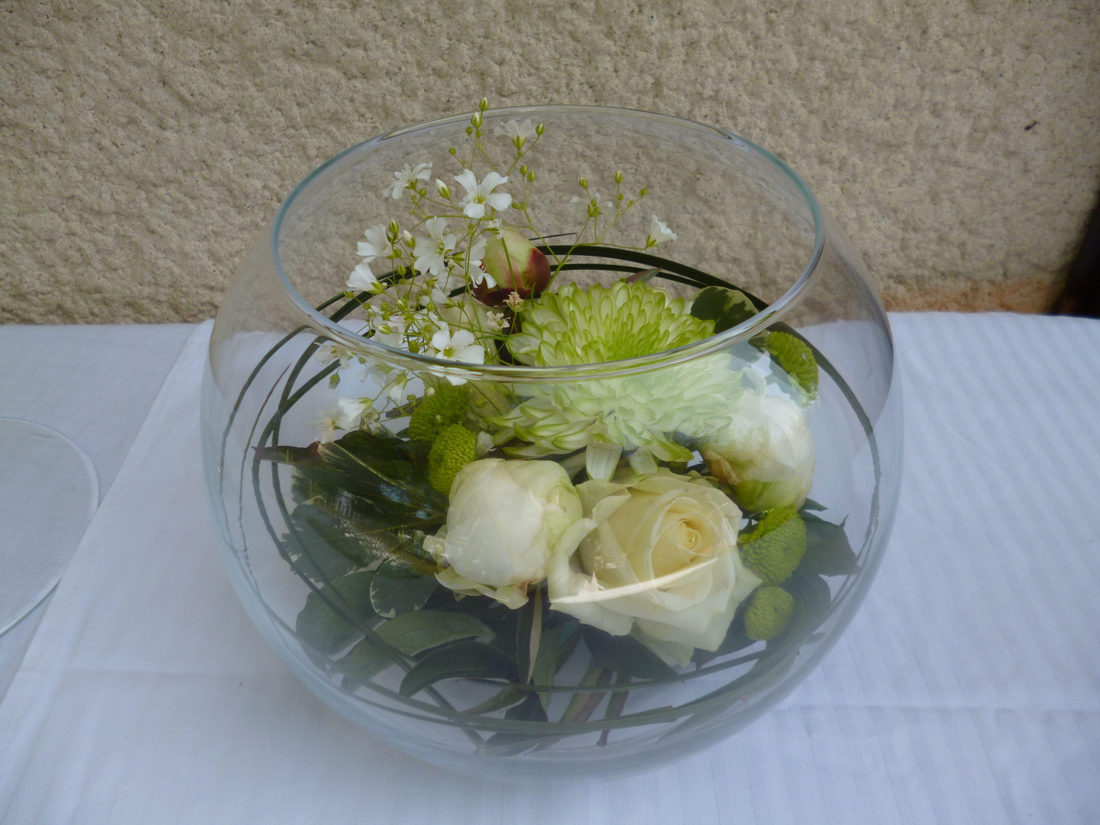 Création florale vase boule Mélange fleurs blanches et vertes ( rose, pivoine...)
