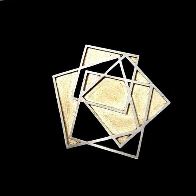 Wearing a beautiful @scarlettfrenchjewellery brooch at #GoldsmithsFair this week. See who is exhibiting at #GoldsmithsFair this week on the website > (Link in bio) #Jewellery #Jewelry #Design #Brooch #Gold #Silver #Geometric #Handmade #ContemporaryJewellery