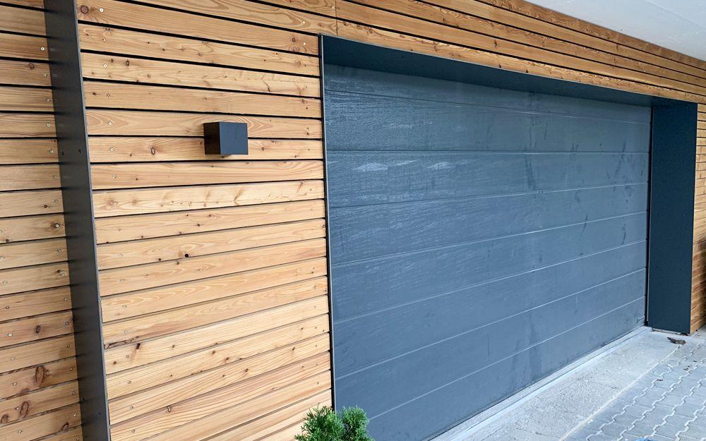 Verkleidung Fur Ein Garagentor Mit Trespa Fassadenplatten Plattenzuschnitt24 De Blog In 2020 Holzverkleidung Haus Garagentor Holzverkleidung Fassade