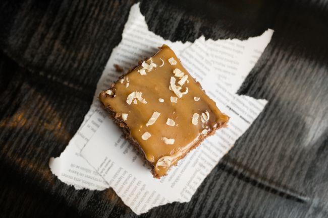 Omar-palat maistuvat makeannälkään, ja ovat kivaa vaihtelua perinteisille mokkapaloille. Itse laittaisin vielä tuplasti tuota makeaa kinuskikuorrutetta!