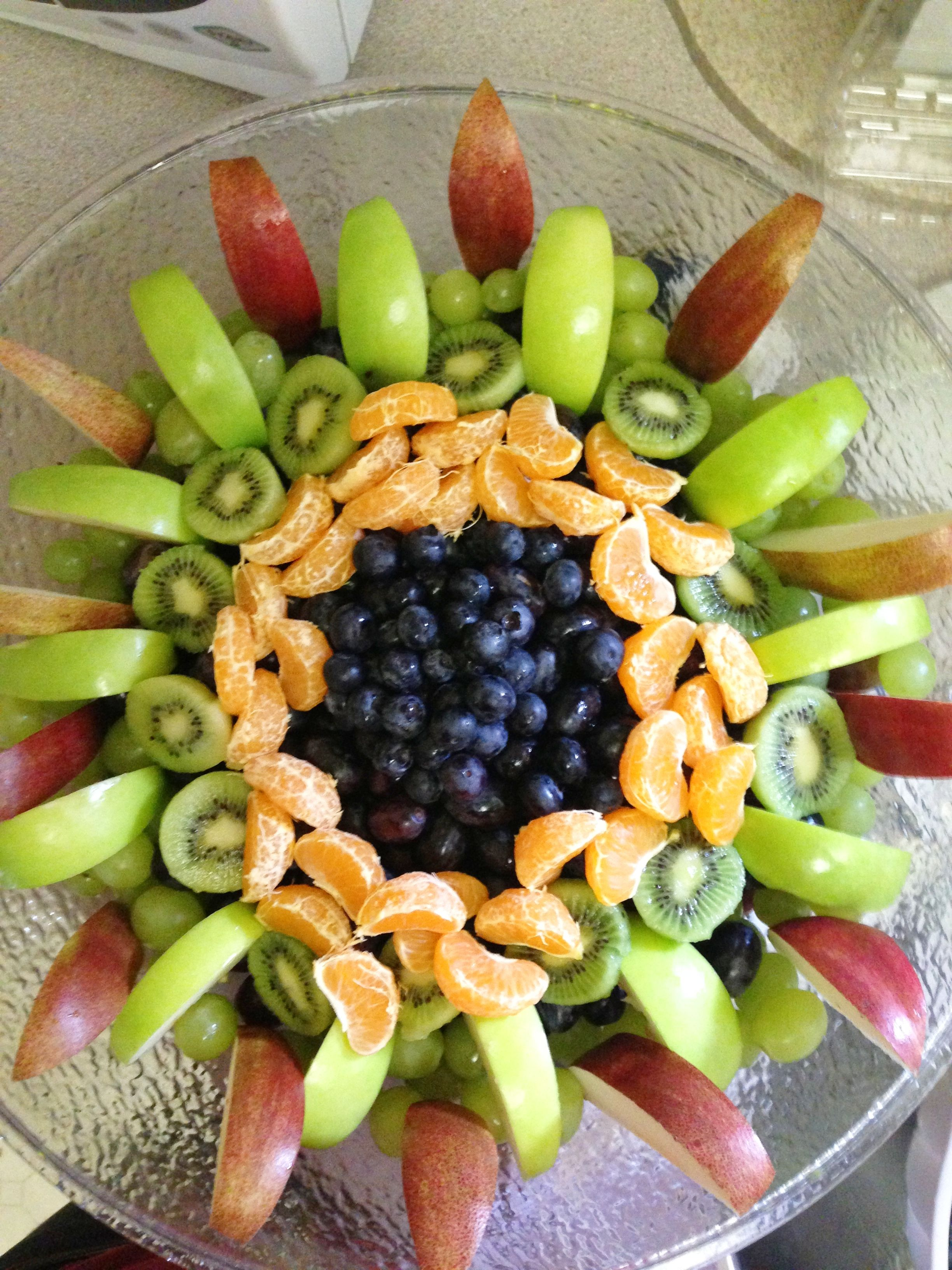 Decorative fruit salad started with grapes boarded it for Apple fruit decoration