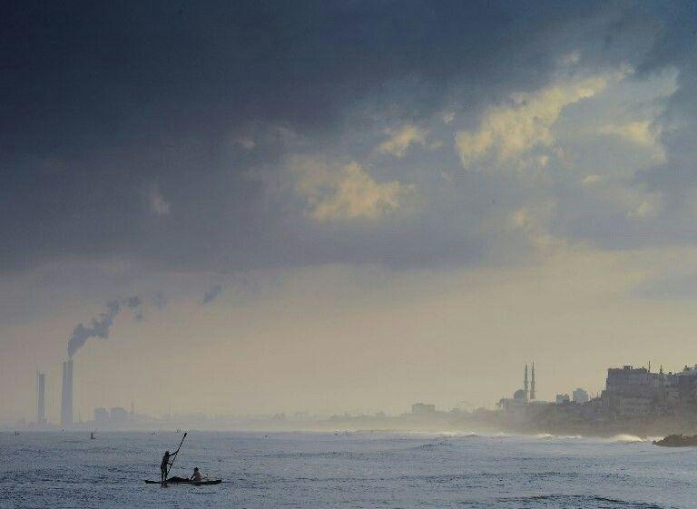 加沙城 Gaza City,巴勒斯坦渔民划小船在近岸处捕鱼。每天清晨,巴勒斯坦渔民会趁着海潮为家人捕回一些渔获,但随着污水排放的日益严重,近岸的海里已经很难再捕到鱼类。摄影师:Roberto Schmidt