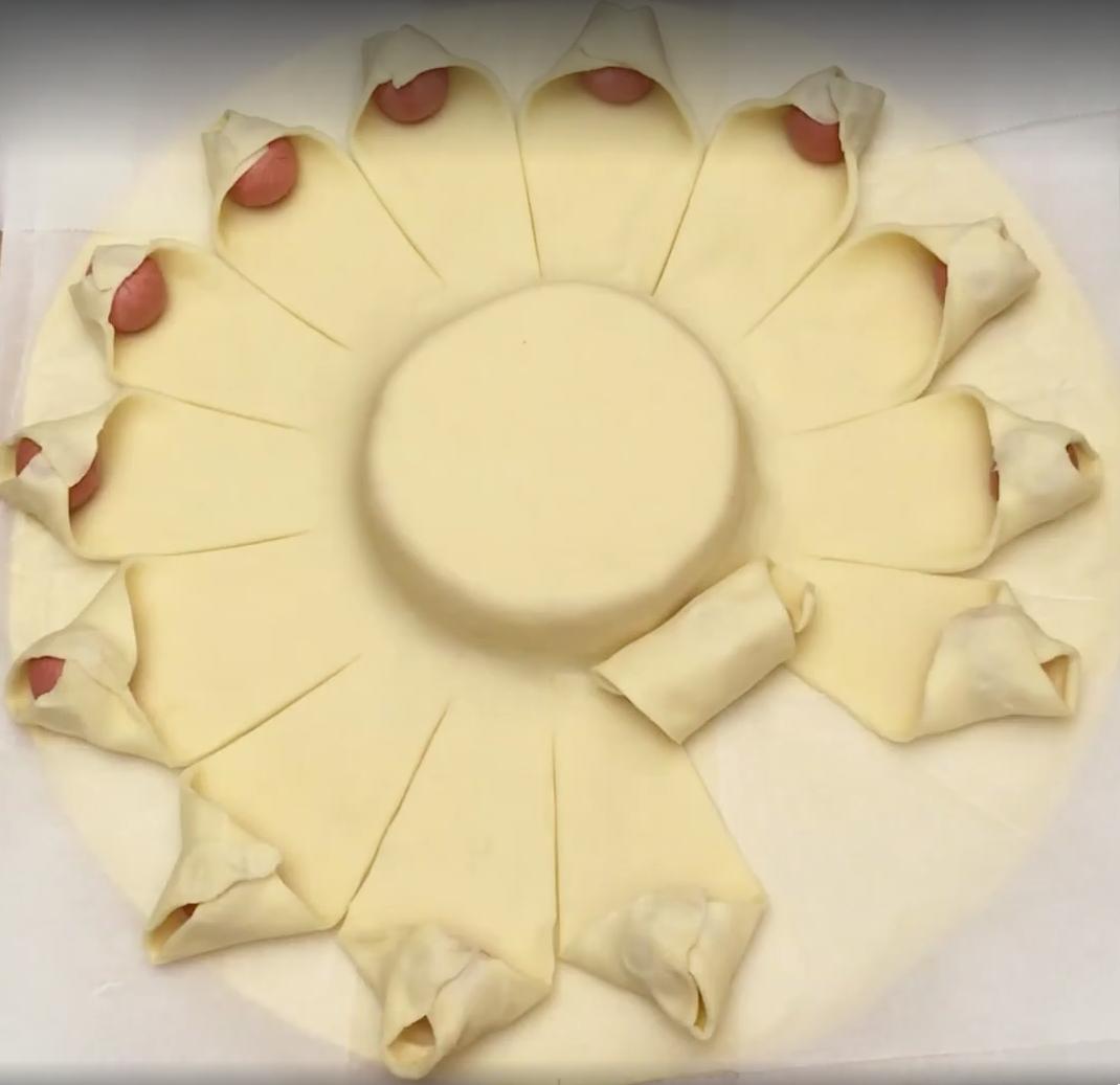Cubre un queso con hojaldre y salchichas y haz el postre perfecto para tus invitados