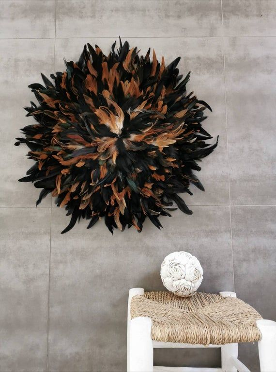 This beautiful wall decoration is inspired by the traditional jujuhat of African art.Fully handmade in natural feathers, it will undeniably bring an ethnic touch to your interior!A very big piece that will bring character and softness to your wall!This Juju hat features a hook hook for between hanging on the wall. It can also be presented on a base on feet.Warning: the model is sold without the base. Please contact me if you want one, it is possible to order it.Dimensions: about 65 cm in diamete