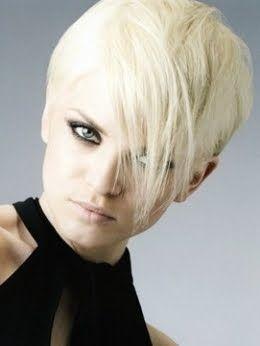 Coiffure blond platine très courte sur les côtés en 2020