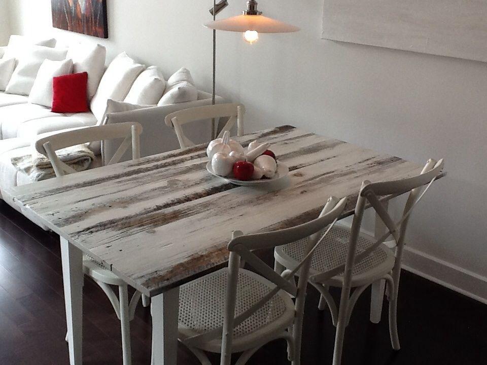 Table avec plateau en bois de grange, badigeon peinture de lait