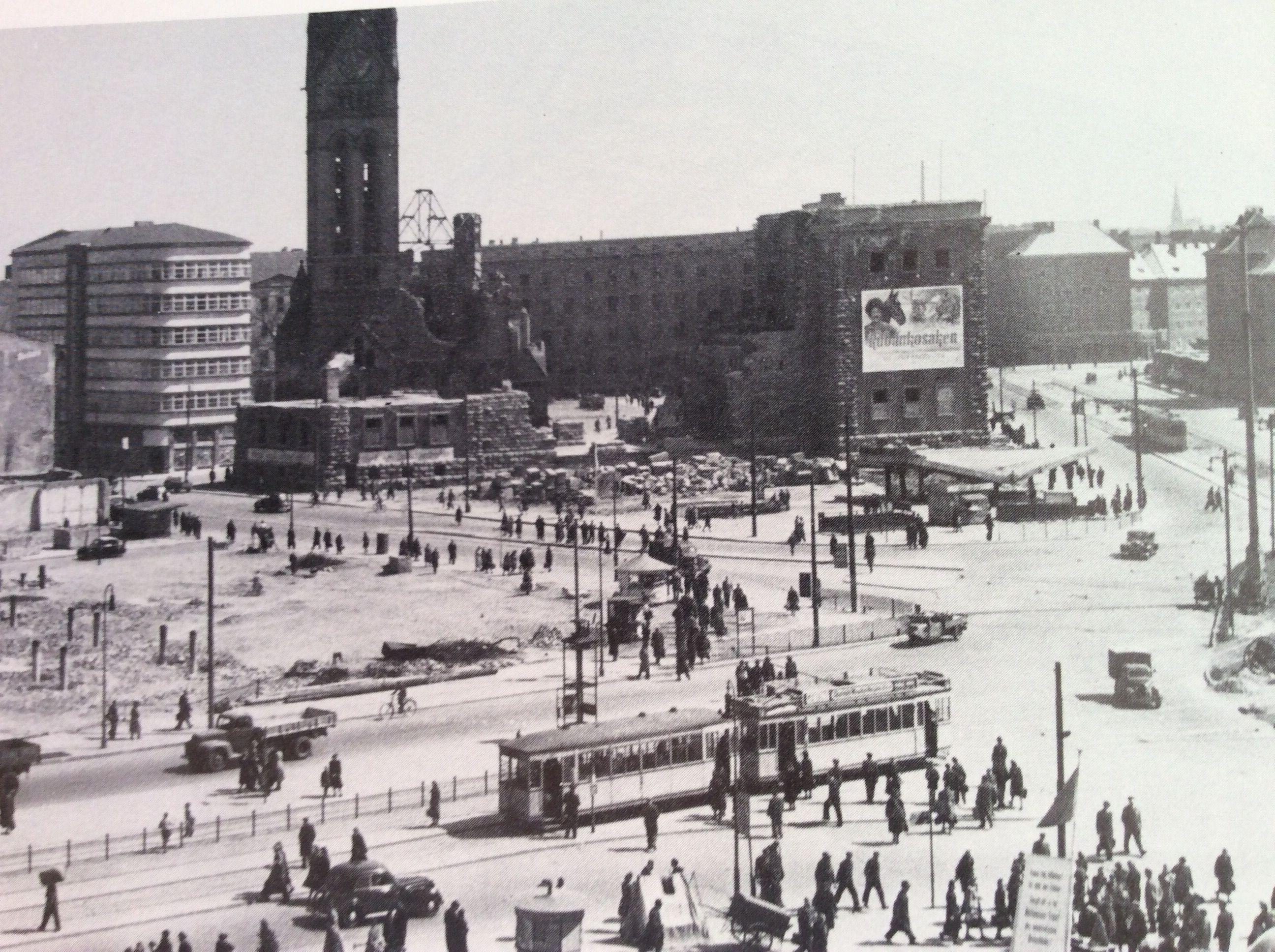 Blick Uber Den Alexanderplatz Etwa 1950 Mit Ruine Der Georgenkirche Und Minolhaus Links Neben Der Kirche Berlin Reiseziele Berlin Bilder