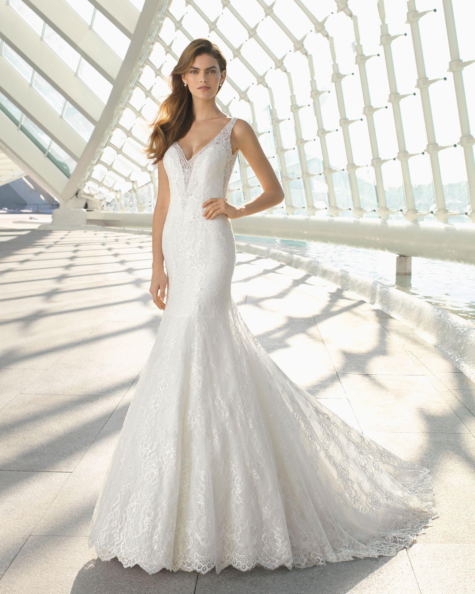 Vestidos de novia Rosa Clará 2019 ceñido con escote en V  vestidosdenovia   rosaclaranovias  rosaclara  modanupcial  weddingdresses  ropademujer  moda  ... 33af6f8d2b69