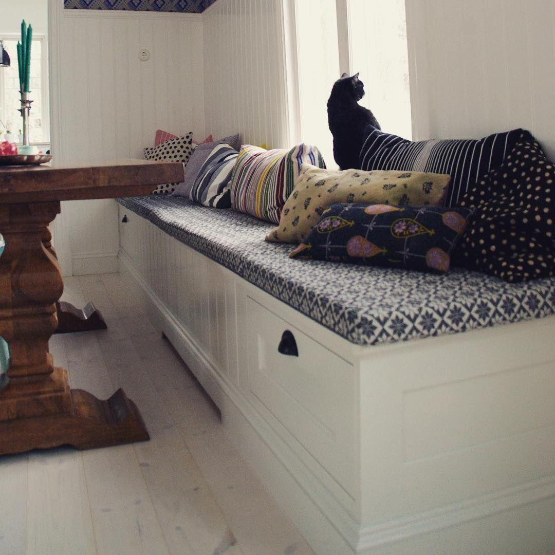Låååång platsbyggd soffa där både stora och små (och fyrbenta) kan ...
