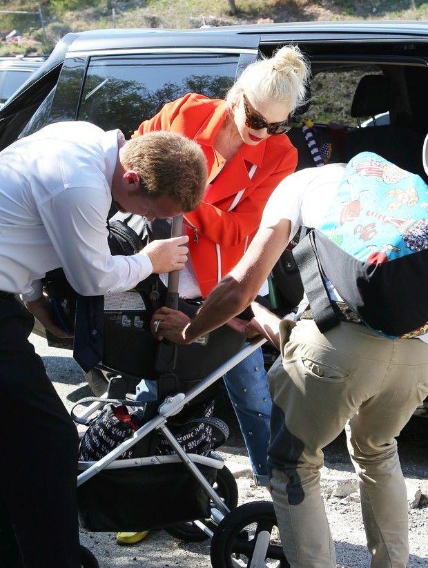 X17 - Gwen Stefani recebe a ajuda para desmontar carrinho do filho em Los Angeles, nos Estados Unidos (Foto: X17online/ Agência)