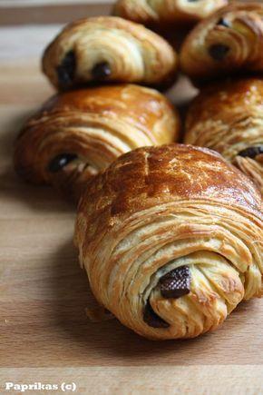 Cela fait un bon moment que je voulais tester les petits pains au chocolat de Manue. La recette a bien circulée dans la blogosphère et les adeptes étaient assez nombreux :)C'est vrai que la recette est vraiment facile et l'étape du feuilletage est rapide...