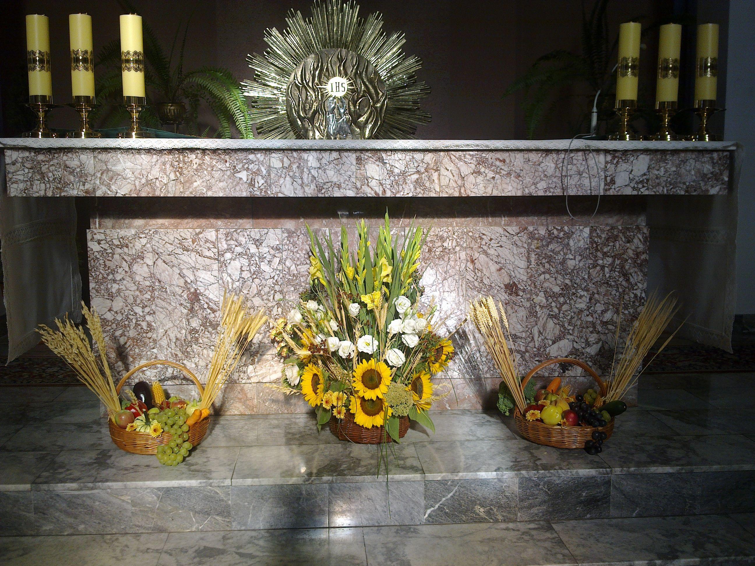 Dozynki Dekoracja Oltarza Sloneczniki Gladiole Eustoma Klosy Owoce I Warzywa Altar Arrangement Floral Arrangements Fall Decor