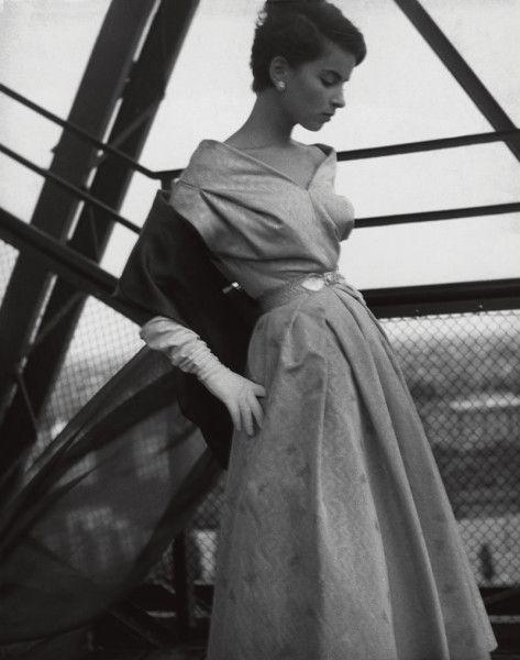 """1953 """"Das gefällt der jungen Dame"""", Bambi (Katharina Denzinger), Cocktailkleid von Lindenstaedt & Brettschneider"""