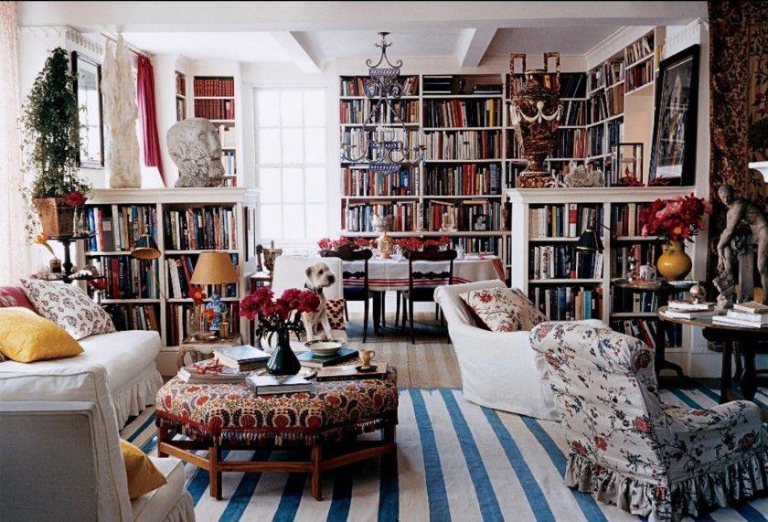 Σε ένα ατμοσφαιρικό διαμέρισμα του μεσοπολέμου στο Manhattan, η Carolina Irving ενσωμάτωσε τη βιβλιοθήκη στη τραπεζαρία. Δεσπόζουν το άσπρο -μπλέ dhurrie (είδος ινδικού κιλιμιού) από το Jaipur της Ινδίας, ένα πουφ του Robert Kime και μία κέλτικη πέτρινη προτομή του πρώτου αιώνα μ.Χ. Φωτογραφία:Francois Harald, Vogue, Οκτώβριος 2006.