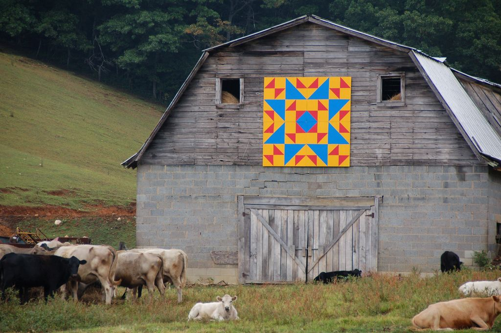Hex Sign on a Barn in North Carolina Amish quilts