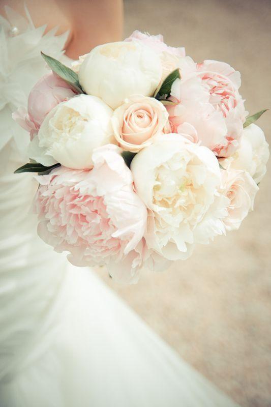 Hochzeitsstrauß Weiße Pfingstrosen, hellrosa und Rosen