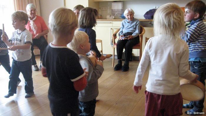 Niños y ancianos, unidos en un proyecto social