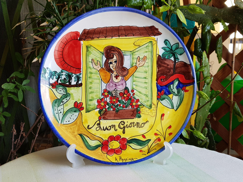 Piatto decorativo in ceramica siciliana. piatto decorato a mano