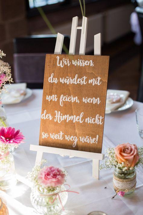 Gedenktafel für verstorbene bei der Hochzeit. Foto: Die Ceh #vintagesuitcasewedding