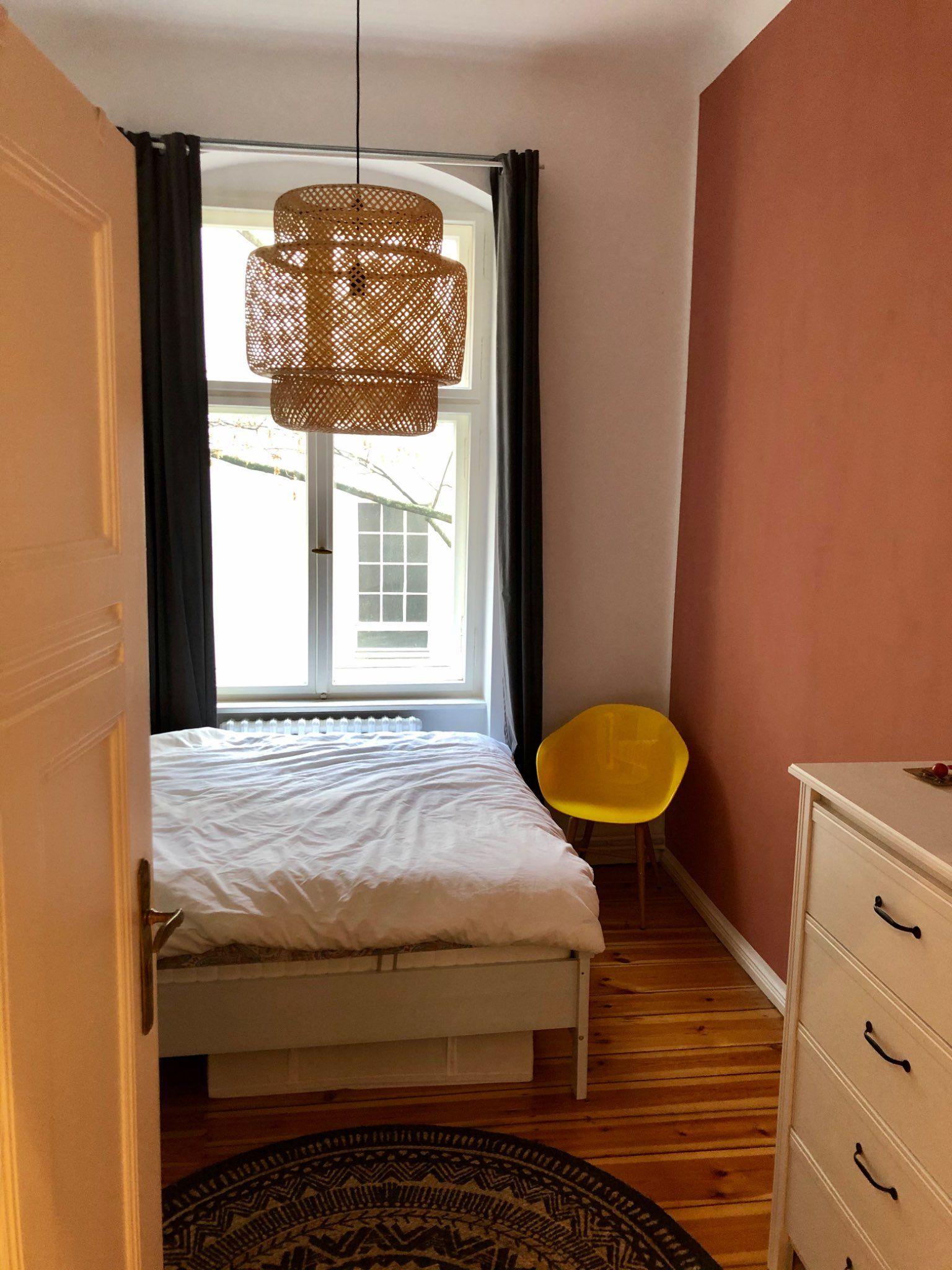 Dieses schöne Schlafzimmer befindet sich in einer Wohnung