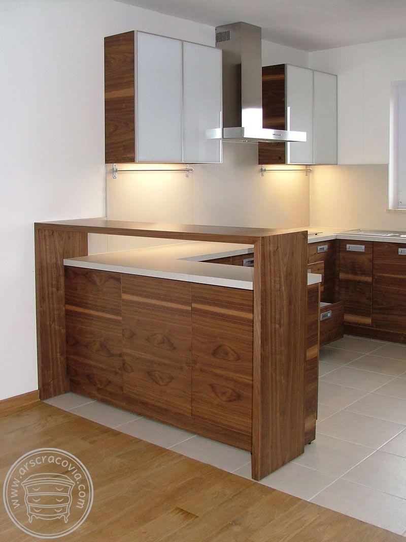 Kuchnia W Naturalnym Fornirze Orzecha Amerykanskiego Z Jasnym Laminatem Hpl Na Scianie I Blatach Home Decor Furniture Home
