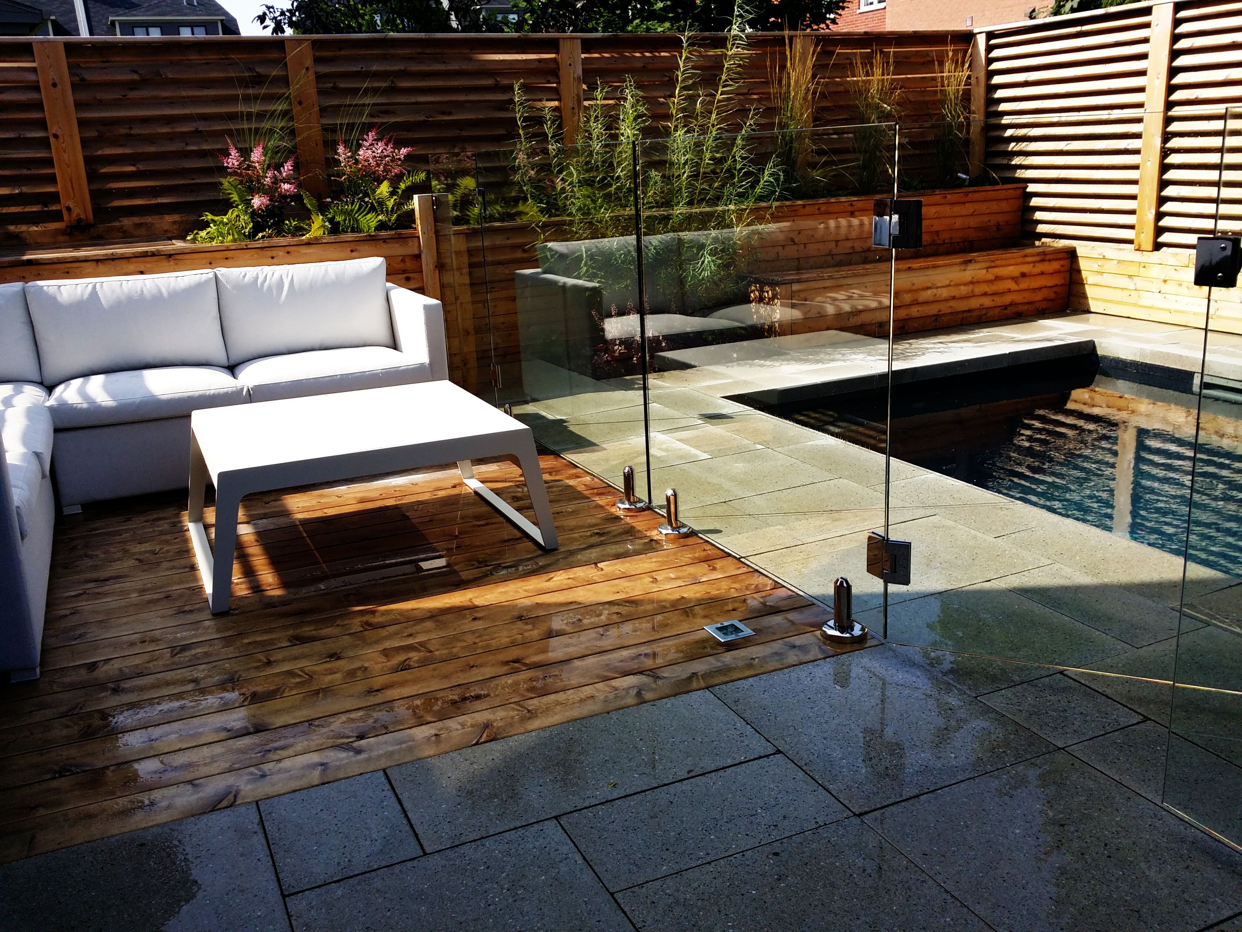 Terrasse en bois de c dre avec lumi res encastr es cran de bois de c dre mobilier d 39 ext rieur - Amenagement exterieur piscine creusee ...