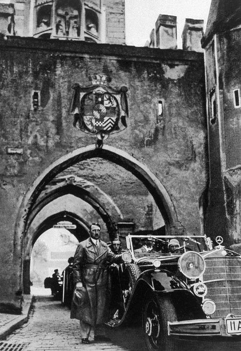 Adolf Hitler Landsberg kalesini ziyaret ediyor.