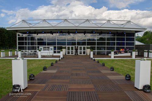 Für das große Formel 1 Rennen in Österreich im Juni 2015 bauten wir eine 750 m² große mobile Eventfläche: Eine Delta Vista Zelthallen-Konstruktion wurde mit einer Vista-Glasfassade versehen, so dass 75% der Hospitality-Flächen transparent waren. Damit war der freie Blick auf das Formel 1 Spektakel sichergestellt!