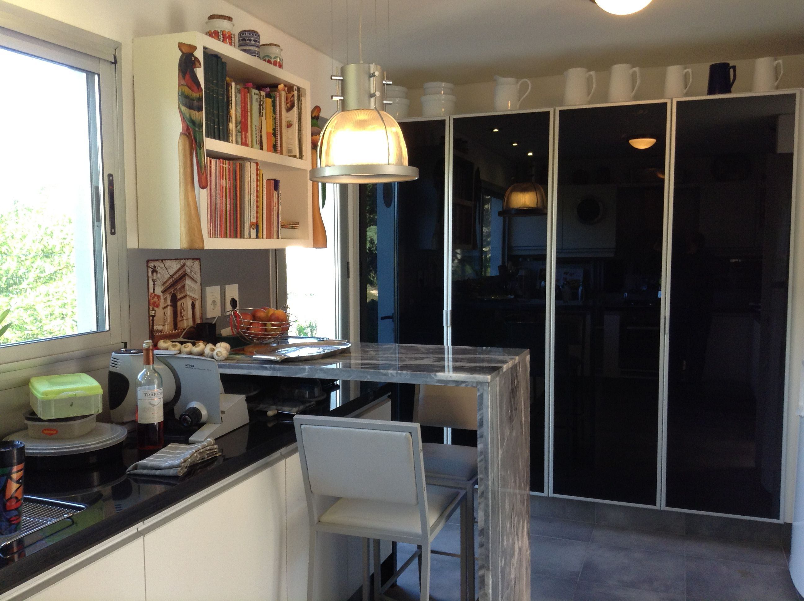 grupo cocina blanca despensas con puertas de aluminio y vidrio negro