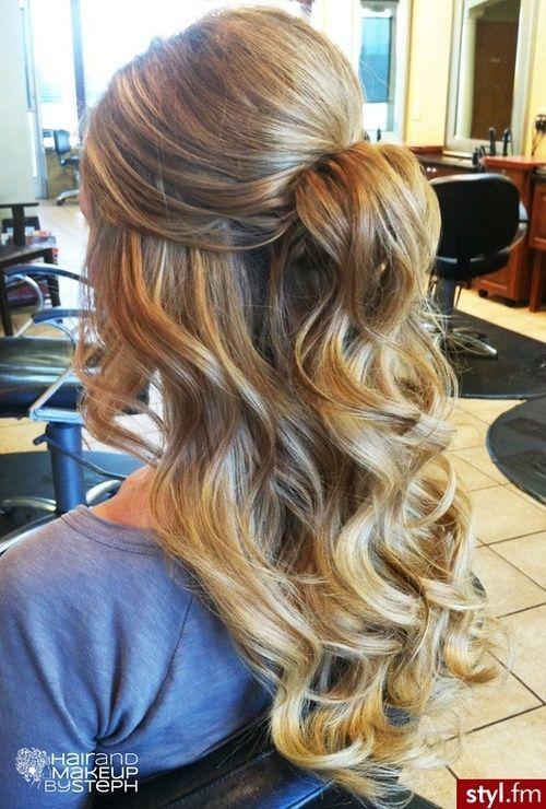 blonde wellige lockige hochsteckfrisur für lange haare #