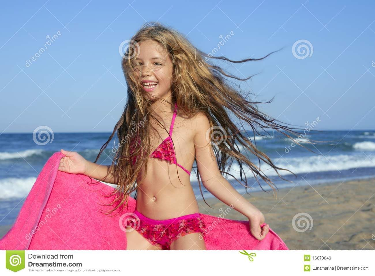 Little Girl Playing On The Beach Google Search Girls Play Girl Fashion