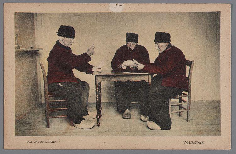 kaartspelers volendam 1920 1930 drie mannen in volendammer dracht spelen kaart in een kaal