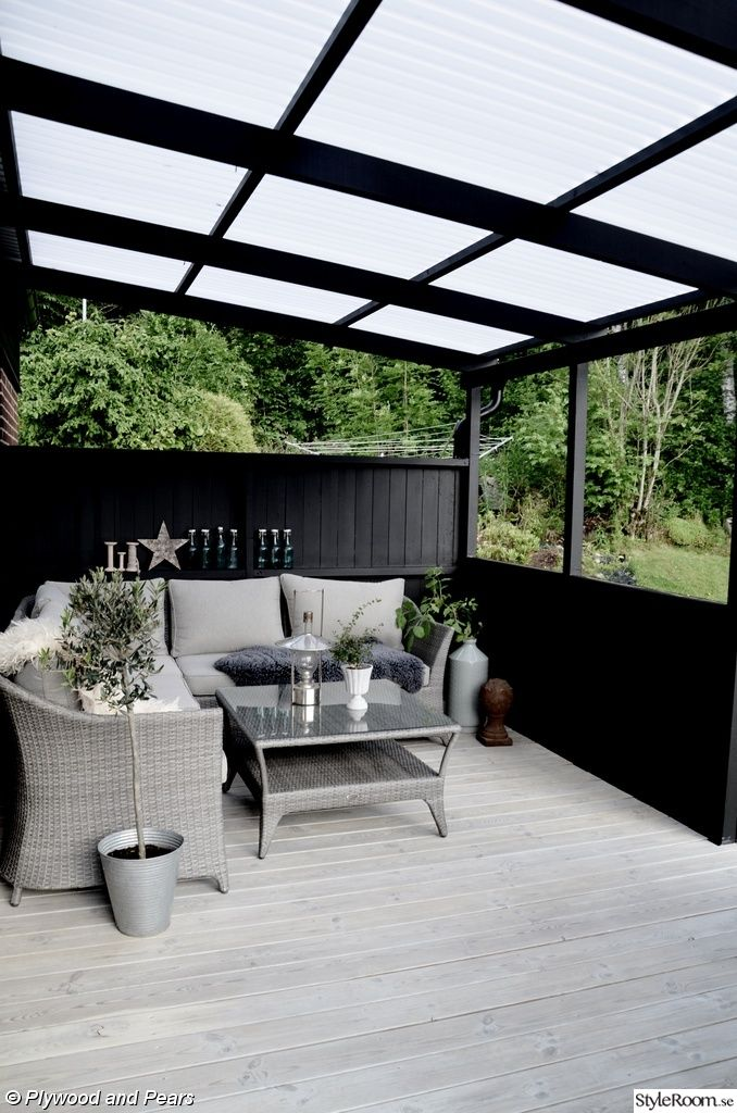 konstrotting,trädäck,uteplats,svart,loungesoffa,laserat trädäck,terass plasttak,svart uteplats,svart trädgård,altan