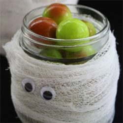 Halloween-mummy-mason-jar-diy