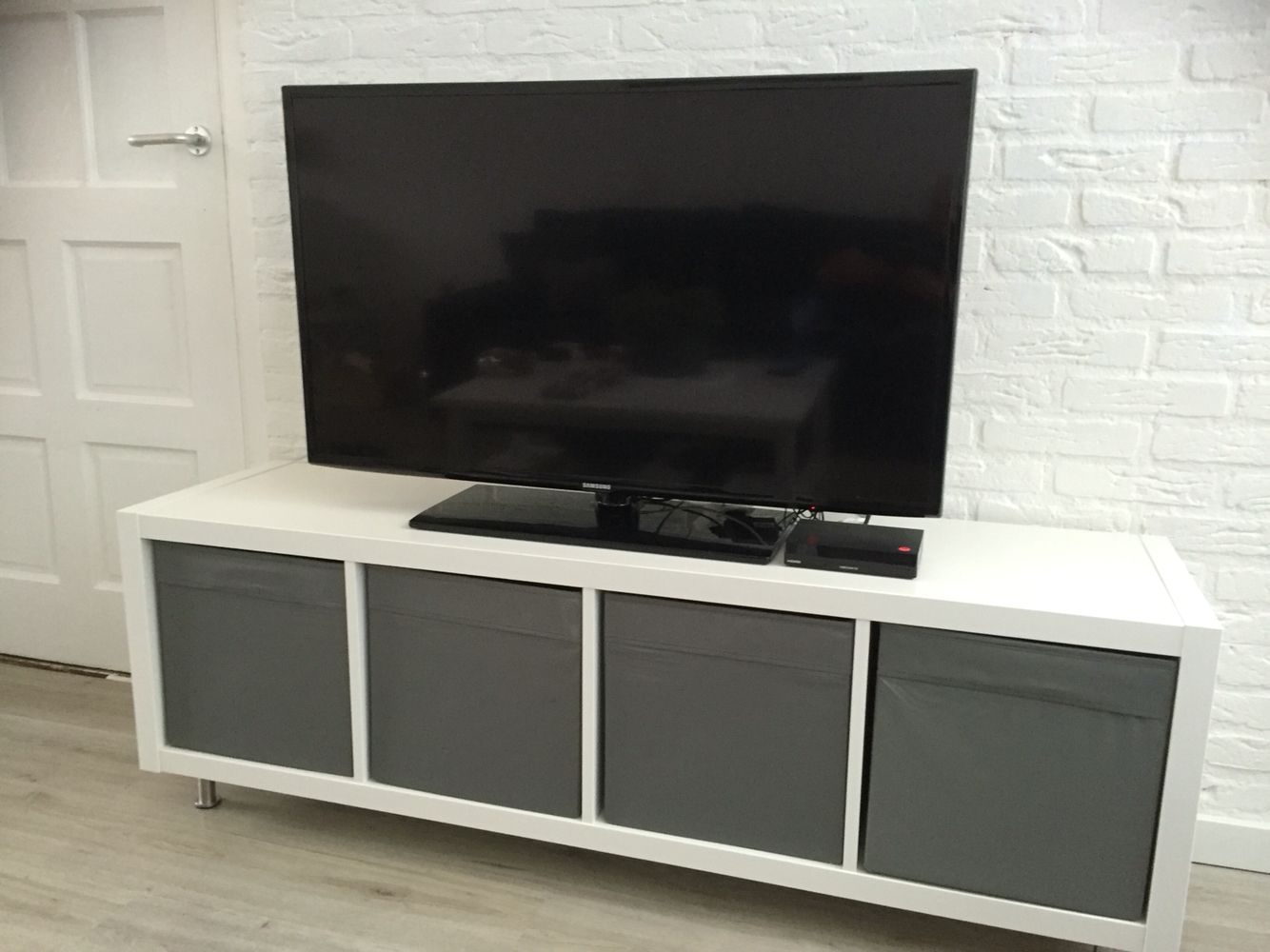 van een ikea kallax kast een tv meubel gemaakt kallax. Black Bedroom Furniture Sets. Home Design Ideas