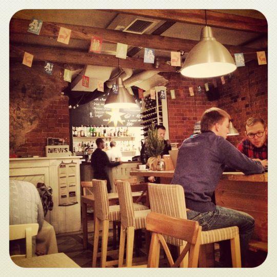 Фартук eli Cafe Fartuk on pietarilaisen nuorison suosima kahvila-ravintola. Ruuat alkaen 10 euroa. https://www.facebook.com/cafe.fartuk