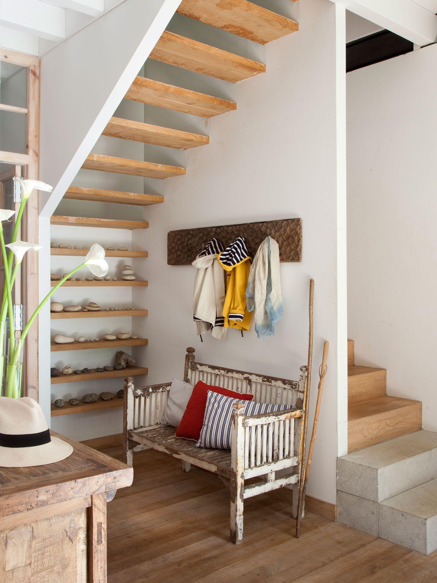Recibidor con escalera con pelda os de madera el hueco for Bajo escaleras de madera
