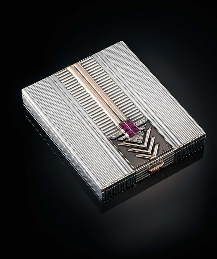 Compact by Chaumet, circa 1930-1935, in grey gold, enamel, rubies