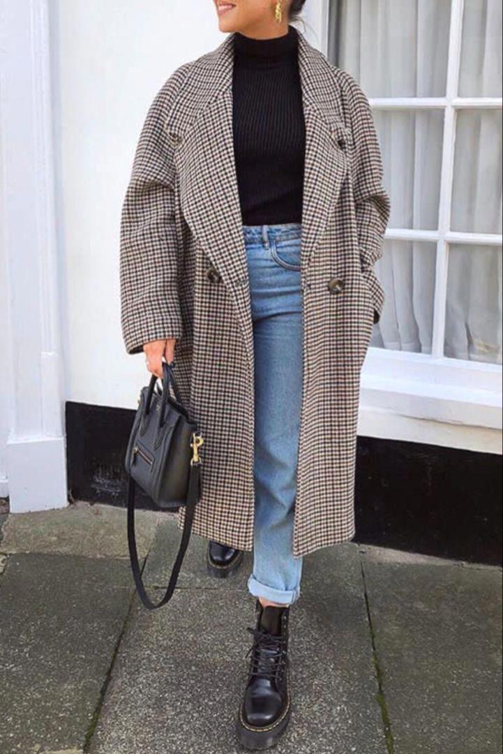 Photo of Mode femme automne / hiver avec un long manteau à carreaux et des Doc Martens #dr …