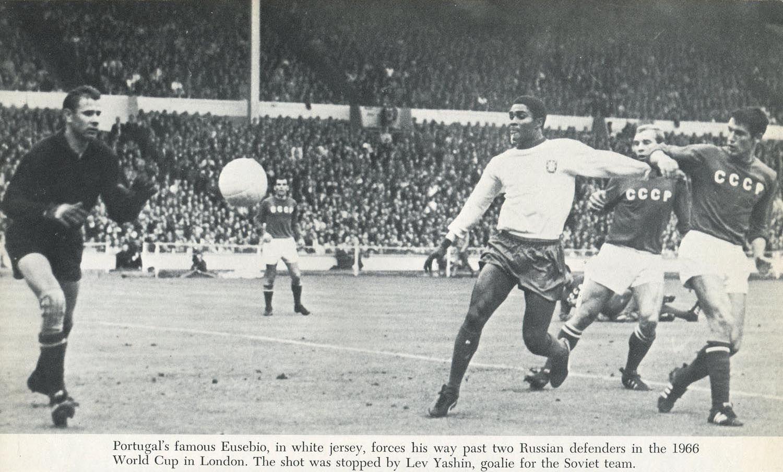 "Mundial de Inglaterra (1966). Eusébio da Silva Ferreira (""la pantera de Mozambique"" o ""la perla negra"") contra Lev Yashin (""la araña negra"")."