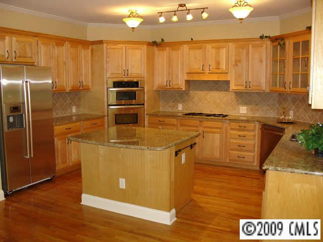 My Kitchen Before We Moved In Light Maple Cabinets Natural Red Oak Hardwood Floors Red Oak Hardwood Floors Red Oak Hardwood Maple Cabinets