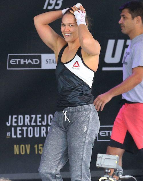 Ronda Rousey hizo un viaje al hospital después de su pelea de anoche  #Entretenimiento - http://goo.gl/xZNcpm