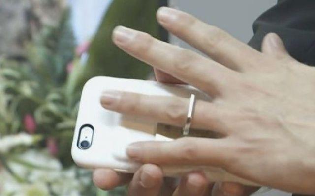 Un uomo ha sposato il suo iPhone perché... Non so: ho visto il filmato e mi sa tanto di cosa preparata: c'erano due persone messe lì in croce a far da testimoni ed un pubblico di una manciata di persone capitate lì per caso. Il ragazzo ha la  #iphone #amore #coppia #psicologia