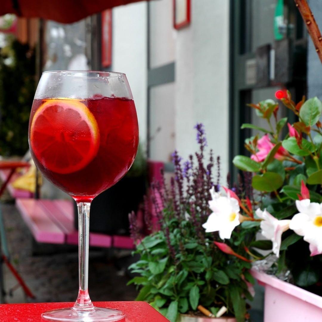 Det Er Blevet Torsdag Igen Og Vi Serverer Endnu En Af Jeres Favoritter Rose Solbaer Drink Vi Haber At Du Vil Sla Bene In 2020 Alcoholic Drinks Rose Wine Alcohol