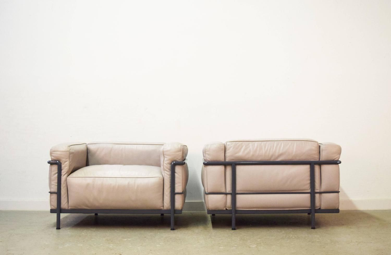 Pair Of Le Corbusier Lc3 Grand Confort Chairs By Cassina Furniture Modern Lounge Chairs Le Corbusier Sofa