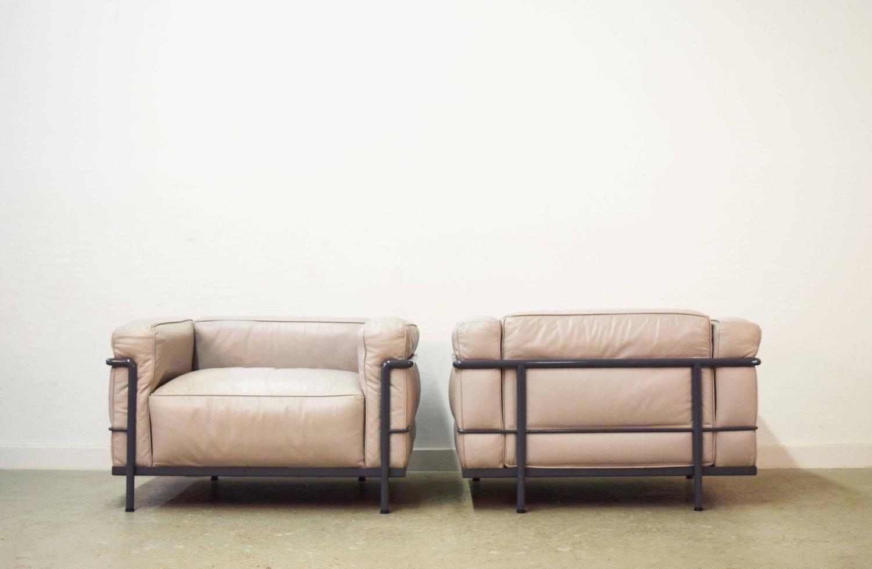 Pair Of Le Corbusier Lc3 Grand Confort Chairs By Cassina 1stdibs Com Apartamentos Apartamentos Pequeños