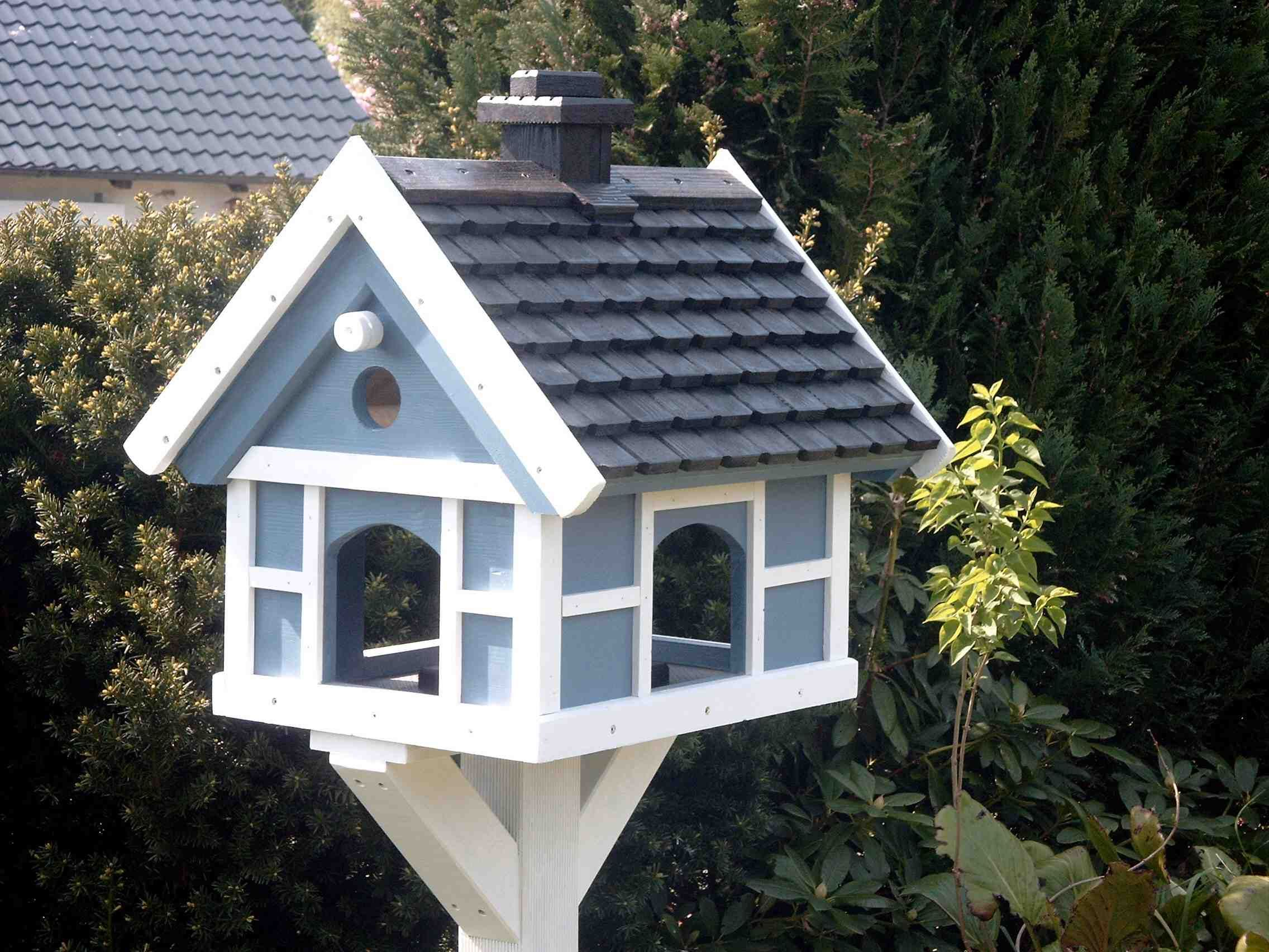 blue birdhouse - great roof and white trim | balkon & garten